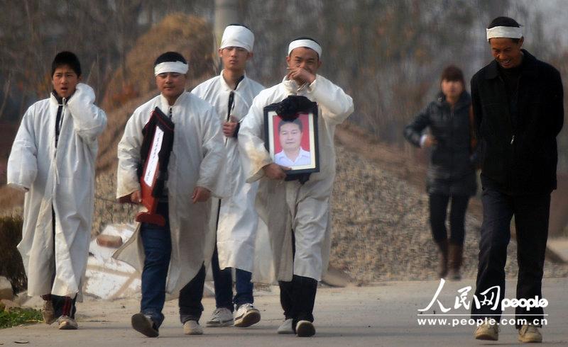重庆不雅视频官员被免职 青岛女生坠楼事件相