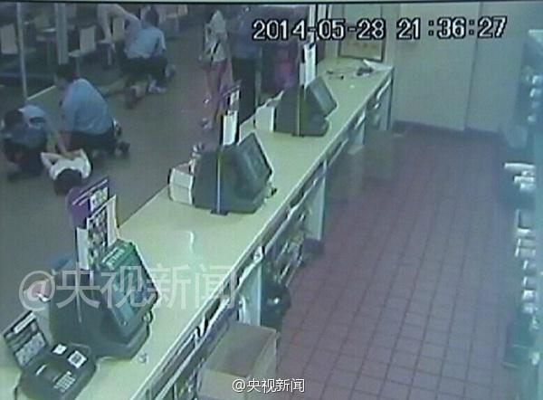 女子在麦当劳遭6人殴打致死监控截图曝光(组图)3
