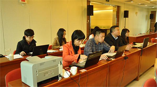 三乡镇第十五届人大四次会议上,工作人员现场计算各部门民主测评分数