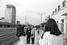 """""""铁粉""""告别清华园车站"""