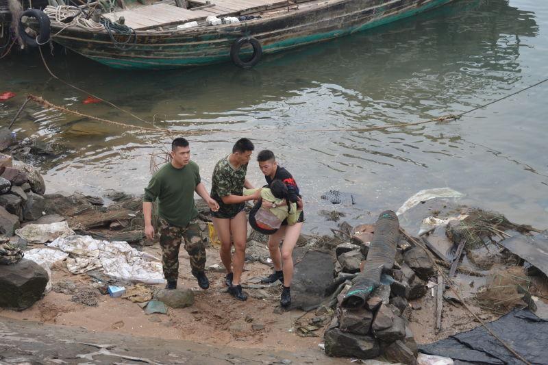 人民网北京2月1日电 1月27日除夕,广西海警二支队官兵在防城港西湾码头附近成功救起一名跳海轻生的妇女。 除夕当天,广西海警二支队舰艇官兵在西湾码头正常备航。上午10时许,码头远处有群众呼救,称有人跳海轻生,需要立即救援。时间就是生命,5名官兵立即跑向现场,发现一名妇女在海水中挣扎,情形十分危急。郑克杰、李晓龙、黄永宇等3名官兵立即跳入冰冷的海水中施救,将情绪激动的妇女安全救回岸边,并联系医院协调救护车辆对妇女进行救治。 经了解,跳海妇女姓方,现年58岁,与丈夫在防城港从事渡船生意。除夕当天方某与丈夫发生