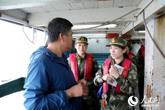广东海警女警花随艇巡航 海上青年文明号在行动