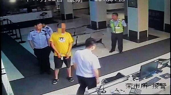 """哈尔滨一""""嚣张路虎男""""违停并辱骂辅警被行拘10日"""