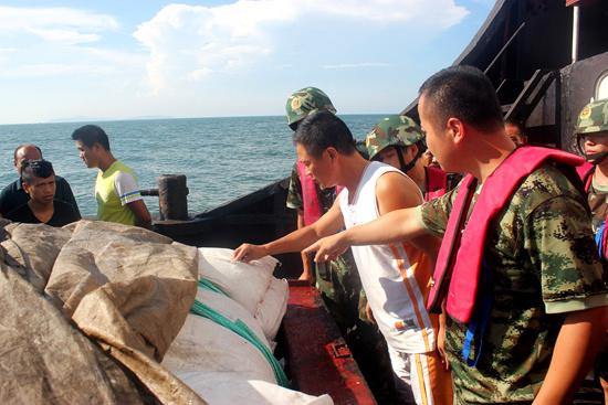 """中国海警破获""""8·16""""海上走私白糖案,现场查获白糖500余吨。"""