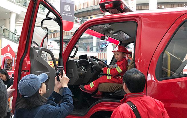 """消防车进商场——""""小小消防员""""的消防安全乐体验"""