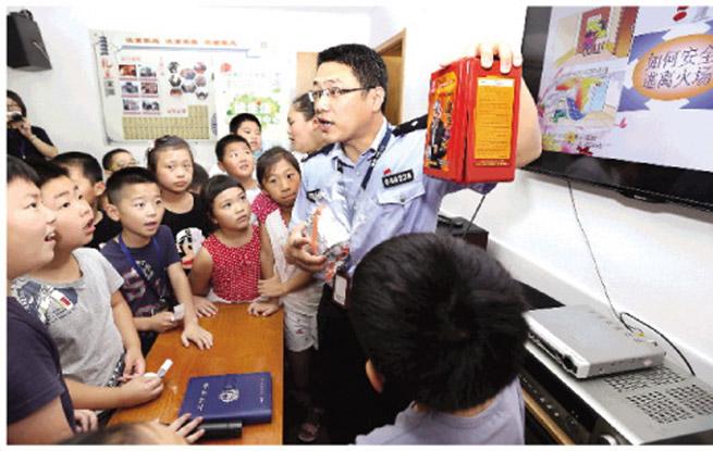 上海安亭派出所启动安全教育进社区活动