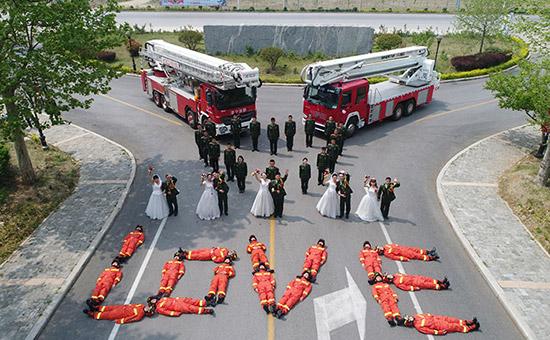 """山东济宁消防举办""""情定警营,缘定消防""""主题婚礼,5对新人幸福牵手"""