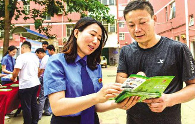 河北阜城县检察院检察官向小区居民讲解公益诉讼案例