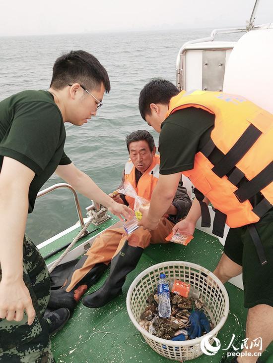 海警官兵成功救助海上被困男子