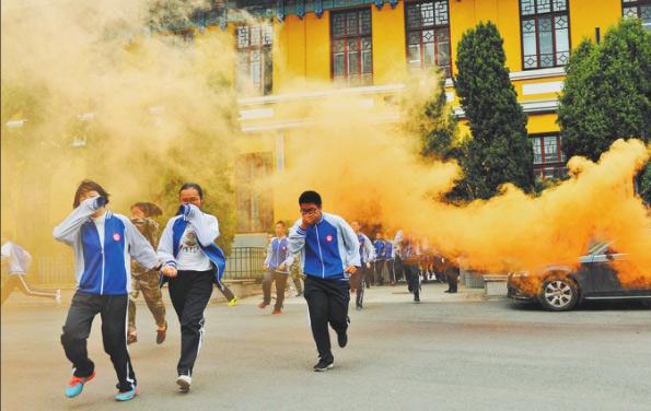 黑龙江:中学生消防安全演练举行