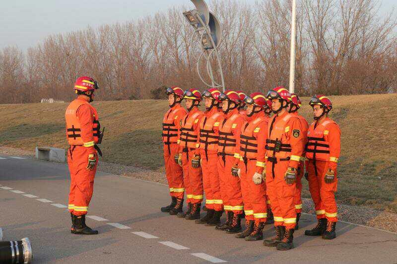 顺义消防大力开展冰面救援及破冰吸水训练