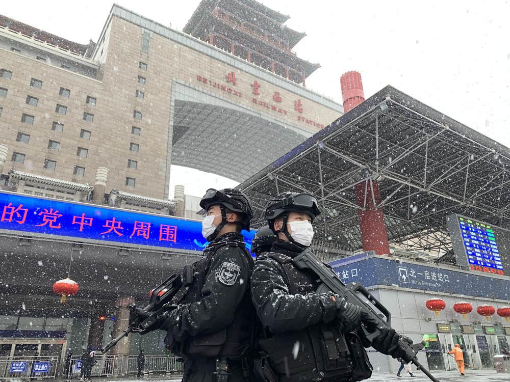 """北京铁警冒雪战""""疫""""疏导出站秩序"""