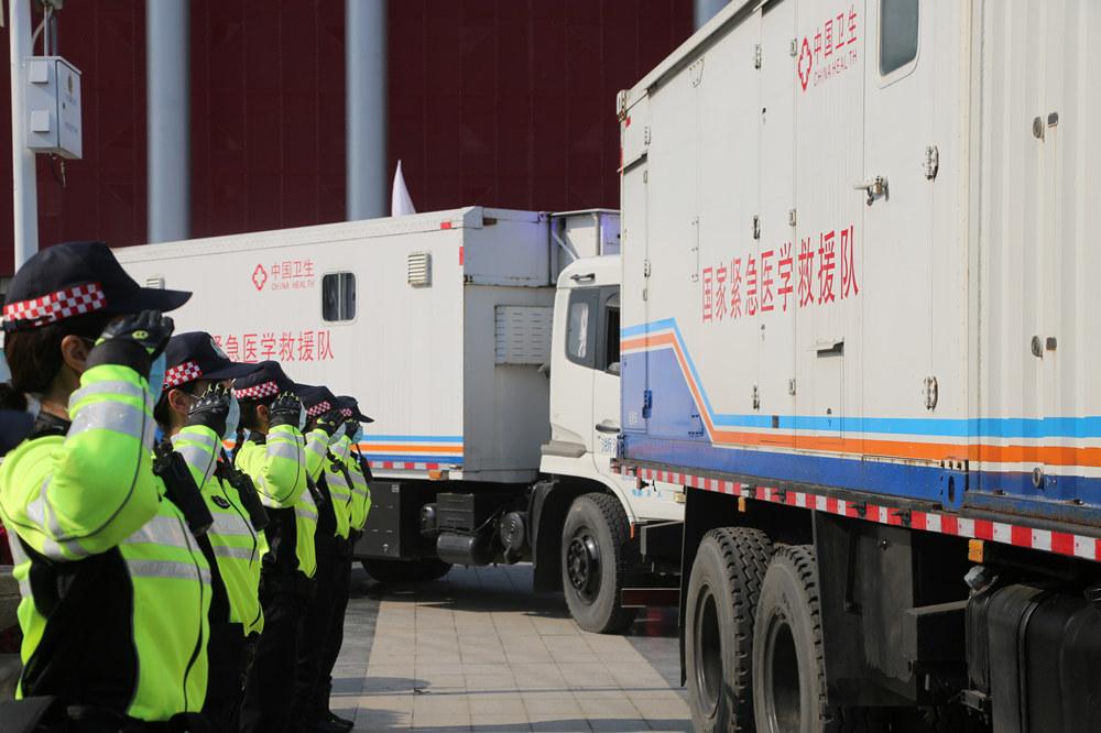 武汉交警以最高礼遇护航首批援汉医疗队返程
