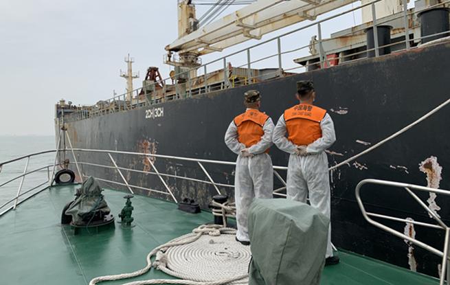 上海海警查海上走私案 获黄砂5.2万吨柴