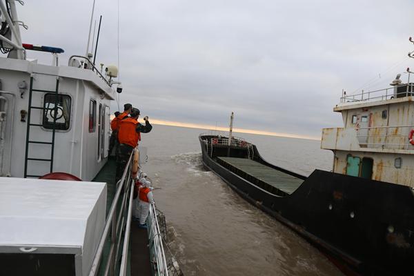 上海海警查获涉嫌走私成品油1600吨