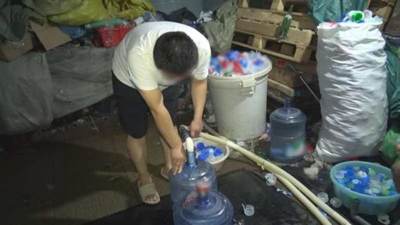北京海淀警方铲除桶装水非法灌装窝点